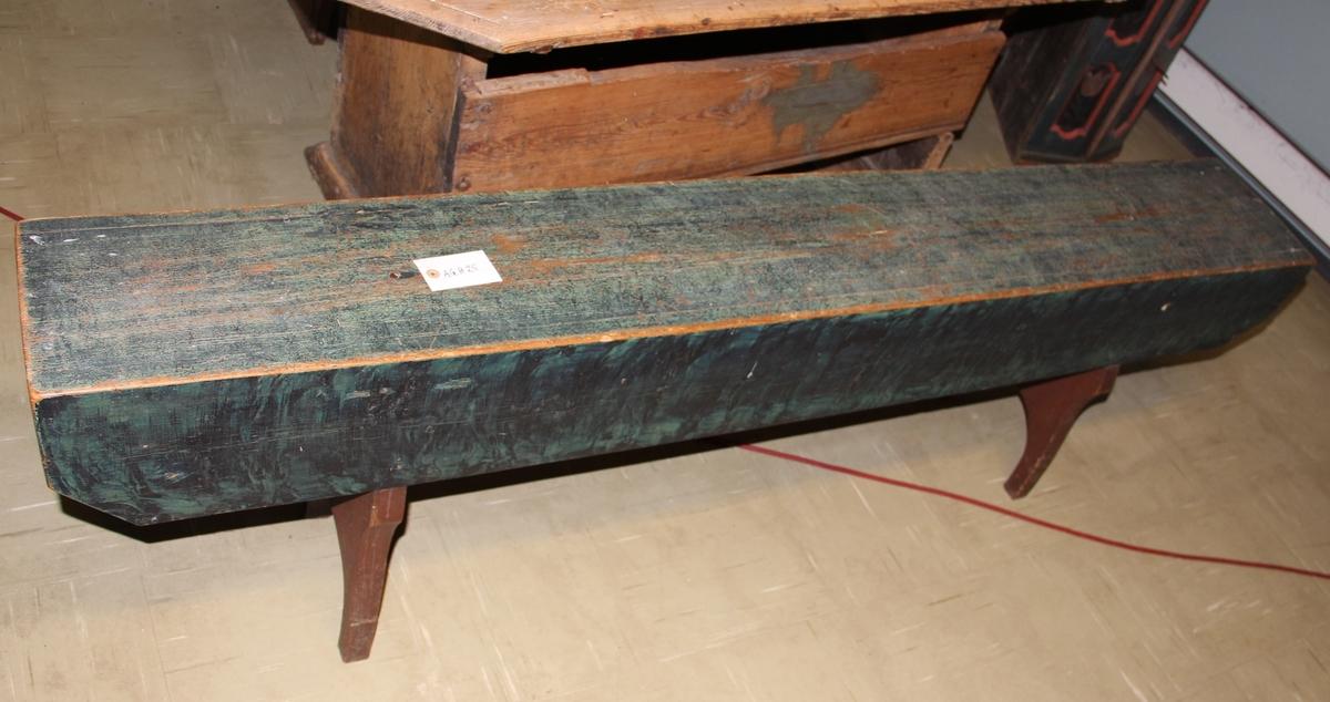 """Rektangulær trebenk, grønnmalt. Ble plassert framfor langbordet, dermed navnet """"forsete""""."""