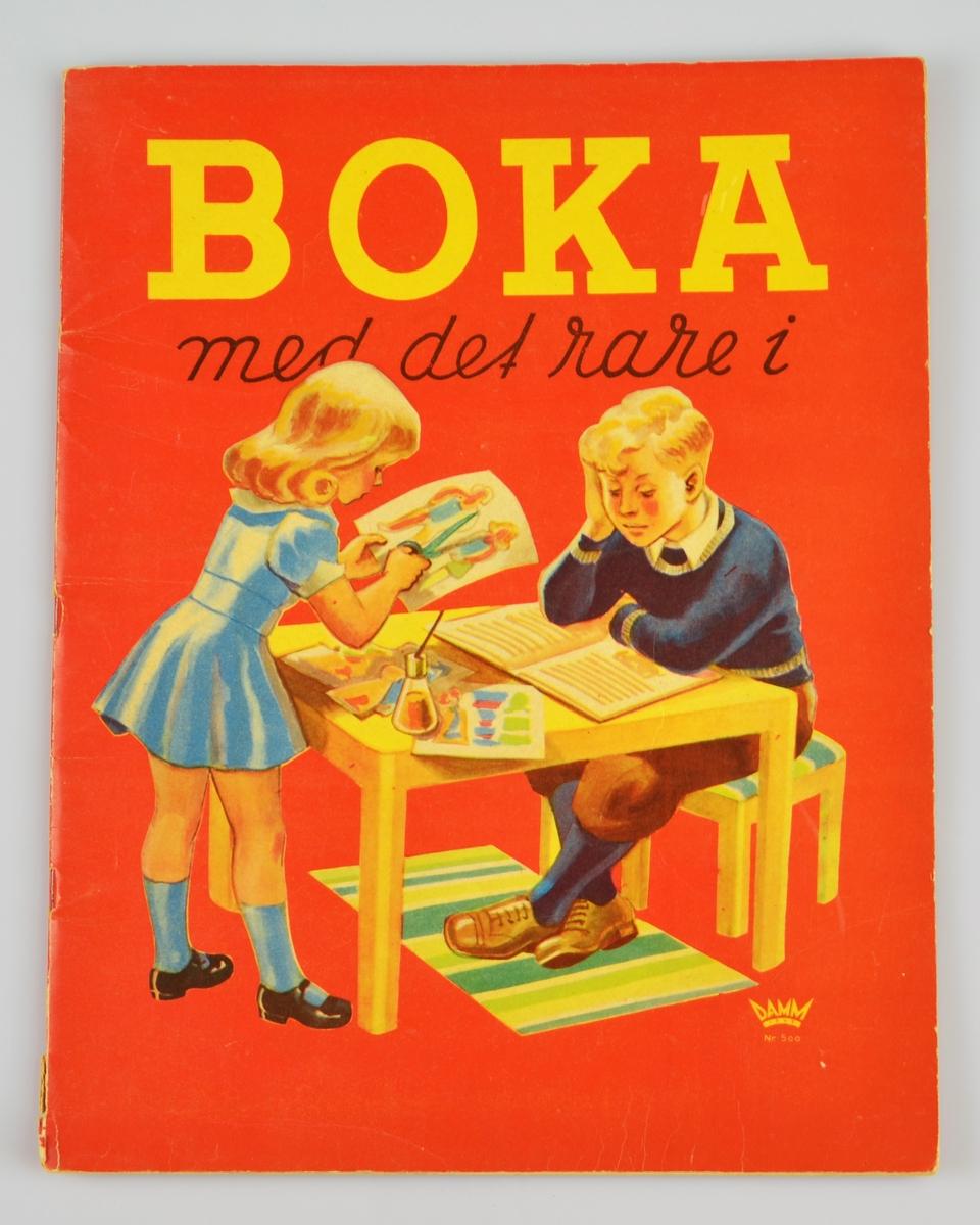"""På framsida bilete av ein gut som sitt og les og ei jente som klyppar papirdokker. På baksida """"beleiringsspelet"""""""