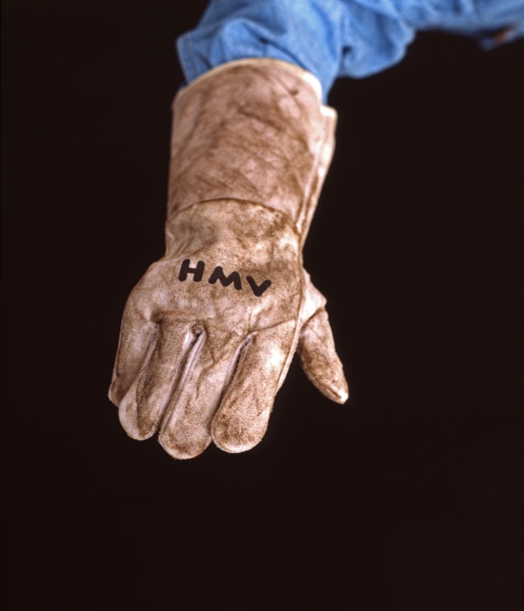 H.M.V. Arbeidshanske med HMV påtrykket. Reklamefoto.