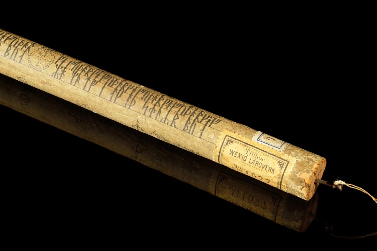 Kalenderstav i form av en rund trästav med en tryckt runkalender i papper, limmad på staven. Samma utförande som L 1095, men i betydligt bättre skick. En spik inslagen i ena änden. Ev tryckt 1775 hos Lars Wennerberg, Stockholm, pga likheten med L 1095.