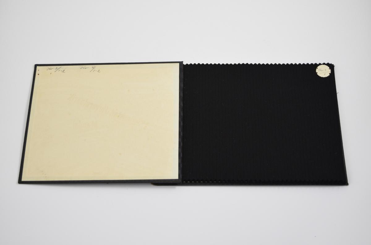 """Prøvebok med 6 prøver. Relativt tynne stoff med diskret mønster. To ulike vevemønstere i boken, alle fargene varierer. Stoffene ligger brettet dobbelt i boken. Stoffene er merket med en rund papirlapp, festet til stoffet med metallstifter, hvor navn og nummer er påført for hånd.   Stoff nr.: Kv 3/1, Kv 3/2, Kv 4/1, Kv 4/2 (Kv. står her trolig for kvalitet. Kv 4 er anderledes enn stoffet i en annen bok som er merket K.4 hvor K ble tolket som å stå for """"Kart"""" slik noen andre stoffer er merket)."""