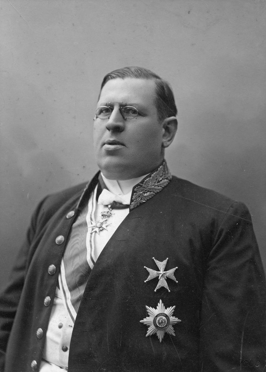 Karl Johan Bergström.Häradshövding i Västmanland 1895-1900. Genom giftermål släkt med fam Hallström.