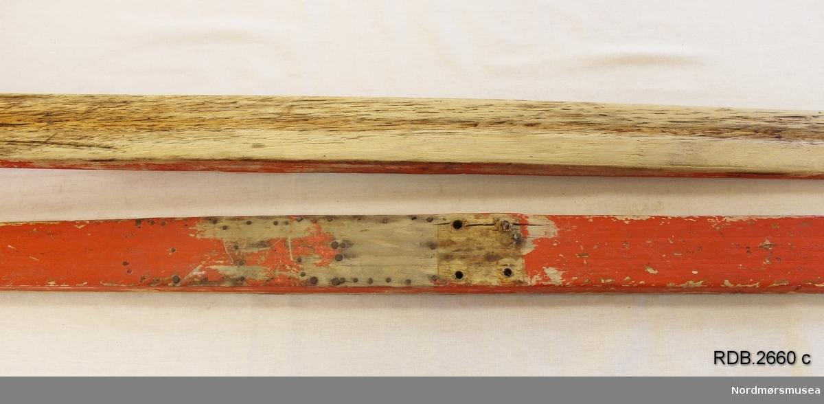 Et par rødmalte, jevnbrede helvedski uten bindinger. Lav skibrett. Malinga er ikke primær og er avslitt, På fotsteget er det 4 hull etter binding og flere stifter etter fotplate som er fjernet.