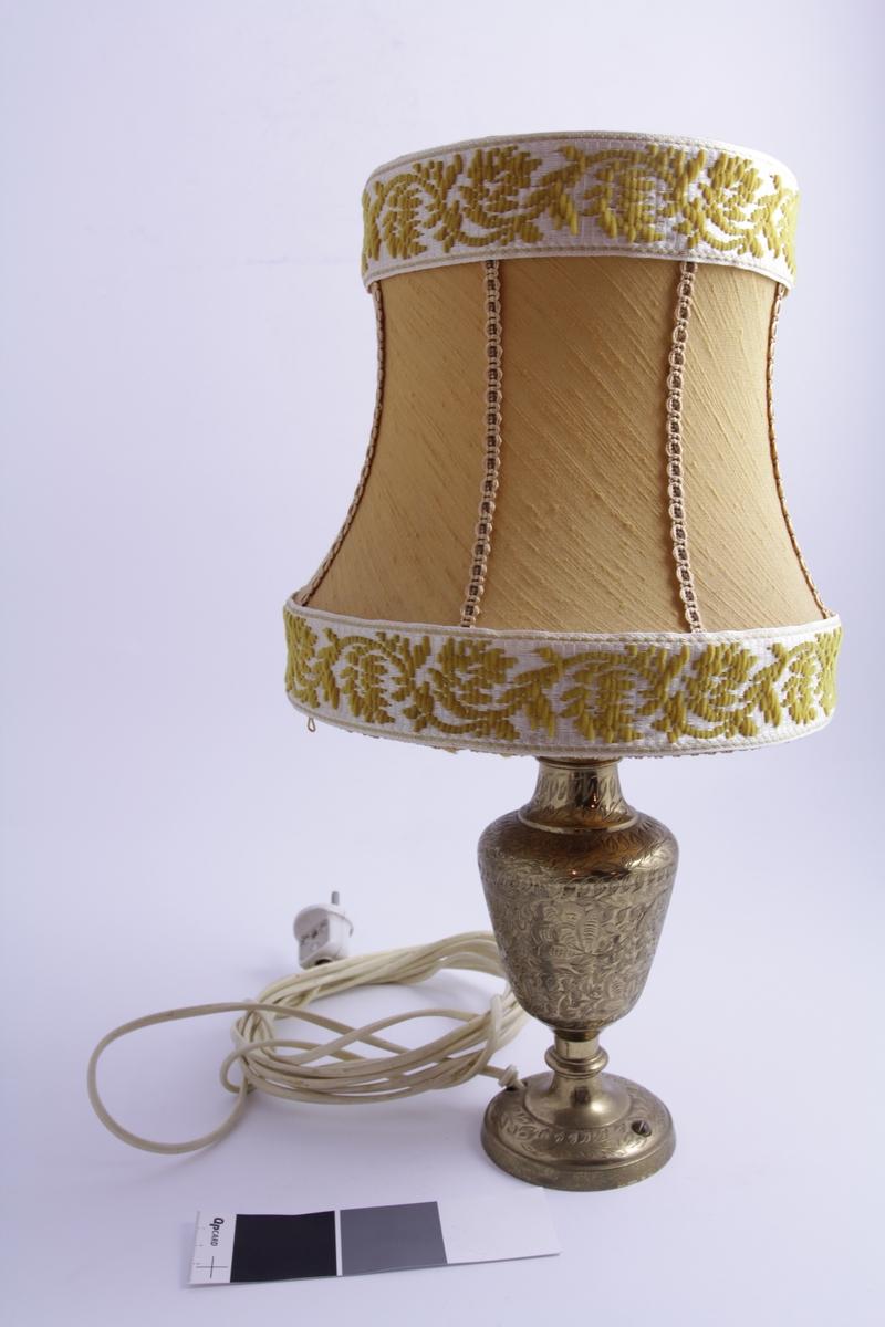 Dekor: a) Bladdekor. b) Bredt hvitt bånd med stiliserte gule ranker rundt øverst og nederst. 8 vertikale, smale bånd mellom to brede hvite bånd