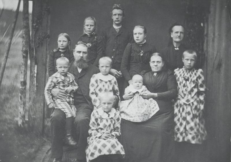 Sigurd Hoel sammen med seks av sine åtte søsken, fotografert i anledning 75-års dagen til broren Olav i 1953. Fra venstre Magnhild, Signy, Gudrun, Olav, Sigurd, Aasta og Dagny. (Foto utlånt av Liv Heier)
