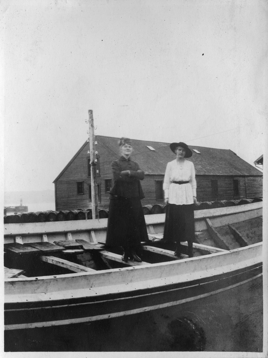 Ragnhild Gundersen og Fru Solveig Gran fotografert ved dampskipskaia i Vardø, 1916.