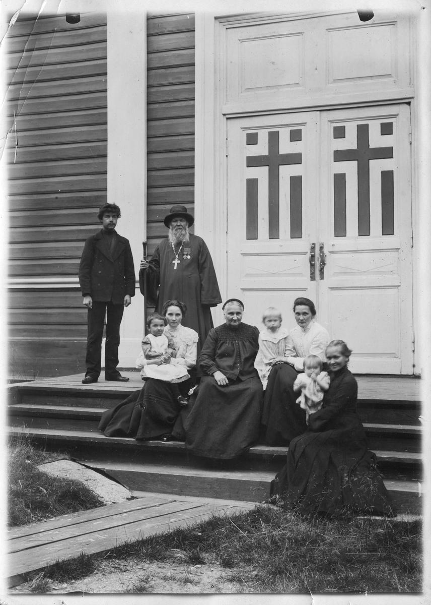 """""""På trappen til kirken i Boris Gleb, Prestefamilien 1910"""""""