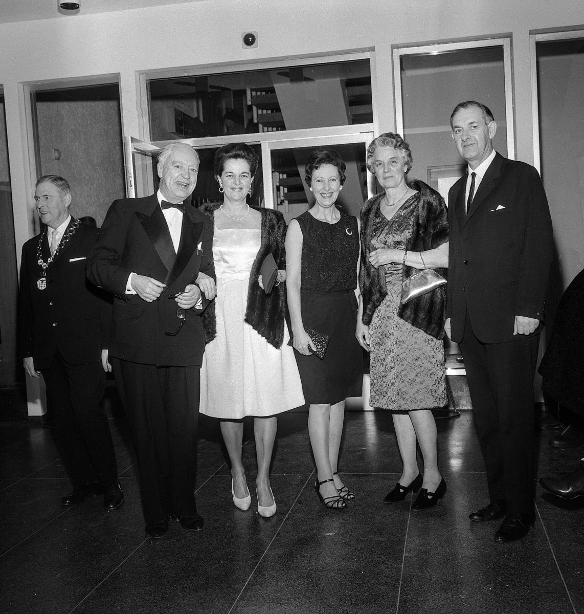 Sagatun kino, Hamar. Åpningsdagen 05.01.1968. Inviterte gjester, helt t.v.ordfører Kristian Gundersen, Borger Lenth, ukjent, ukjent, Eva Kløvstad, ukjent.