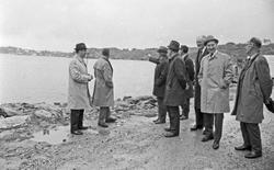 På befaring. Flere menn på tur for å sjekke ut et havneområd