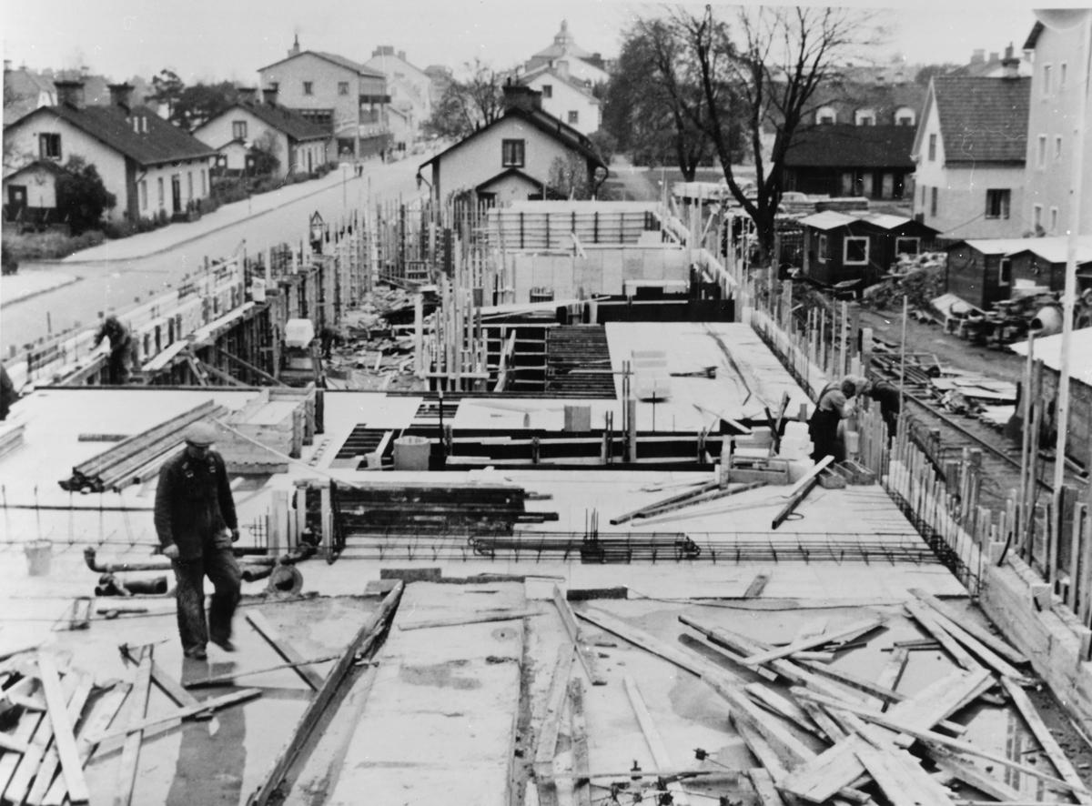 """Gjutningsarbeten vid Diös-bygget i kvarteret Blocket i Sandviken, oktober 1953, användes vid gjutningsarbetet """"ellweform"""" av plywood från fabriken i Ljusne."""