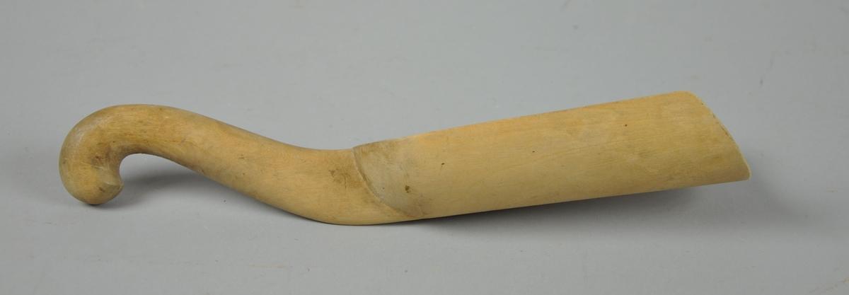 Enkel skje av tre. Skjehodet har spadeform og det er skrevet '63' med en blyant på skjehodet. Treverket er lyst. I veldig god stand.