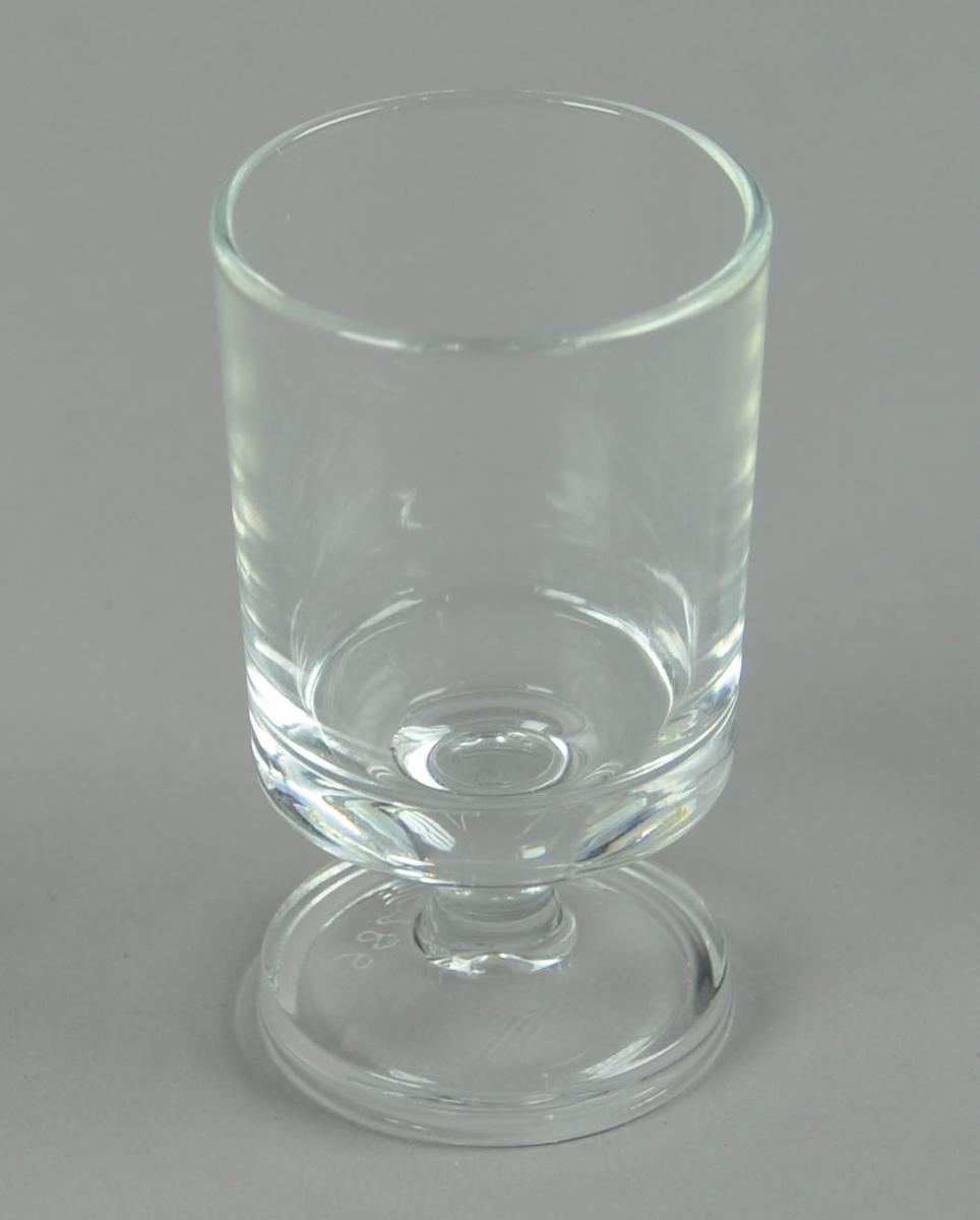 Kort drammeglass med stett.
