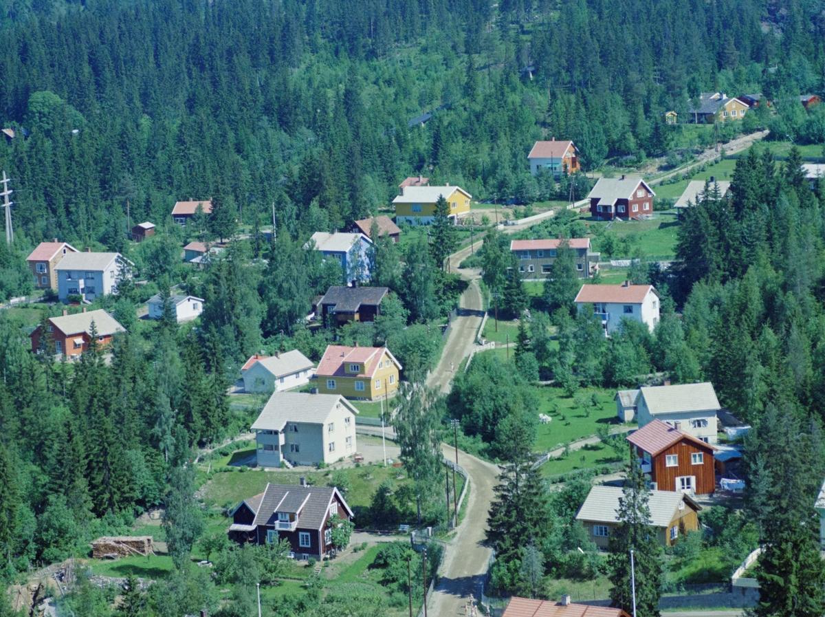 Flyfoto, Lillehammer, bebyggelse. Det gule huset nesten midt i bildet er Nybuvegen 22. Nybuvegen sees midt i bildet, og går fra nedre kant til øvre høyre kant.