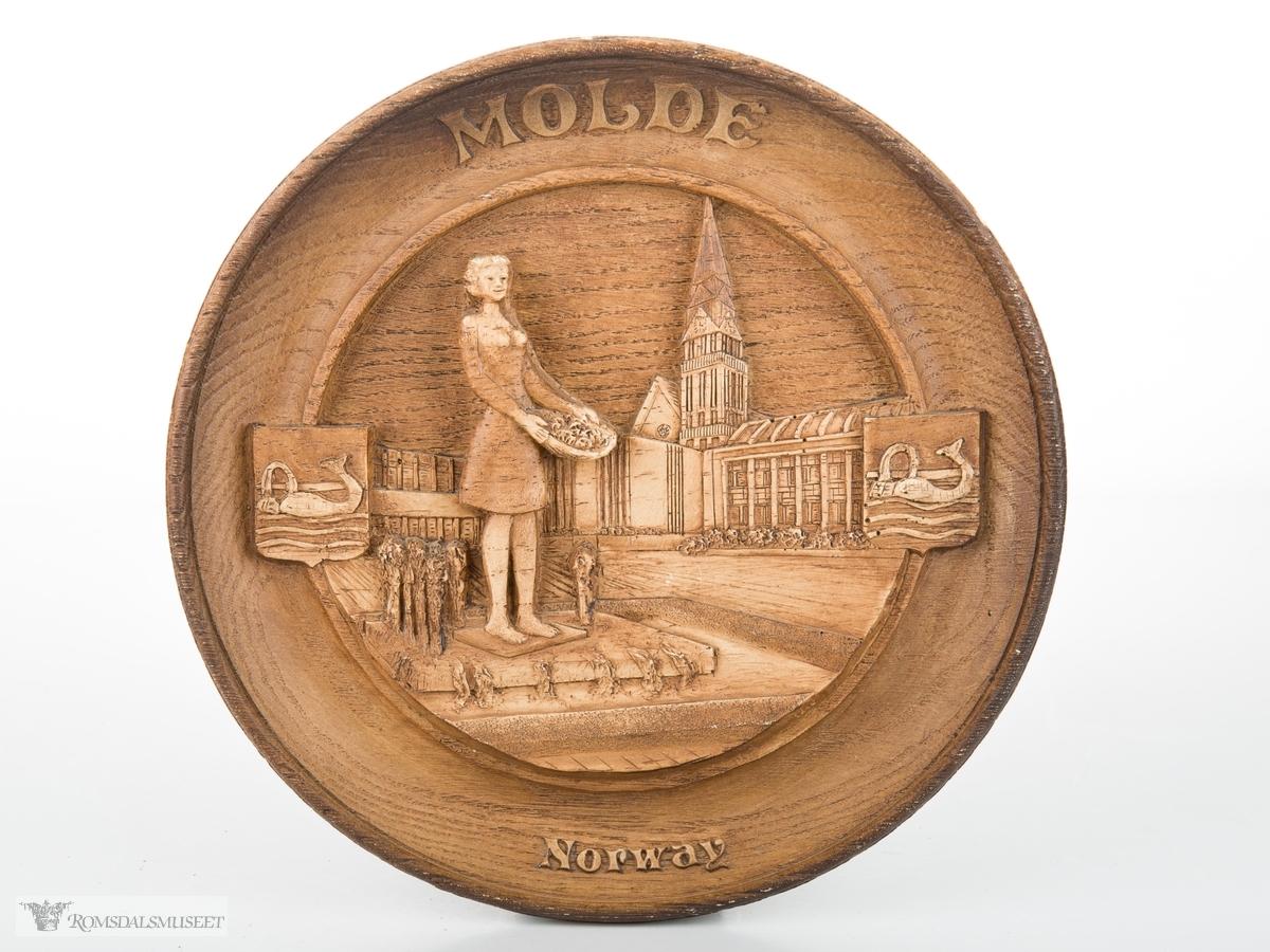 """Motiv fra Molde rådhusplass med Molde domirke i bakgrunnen. Statuen og fontenen """"Rosepiken"""" i forkant."""