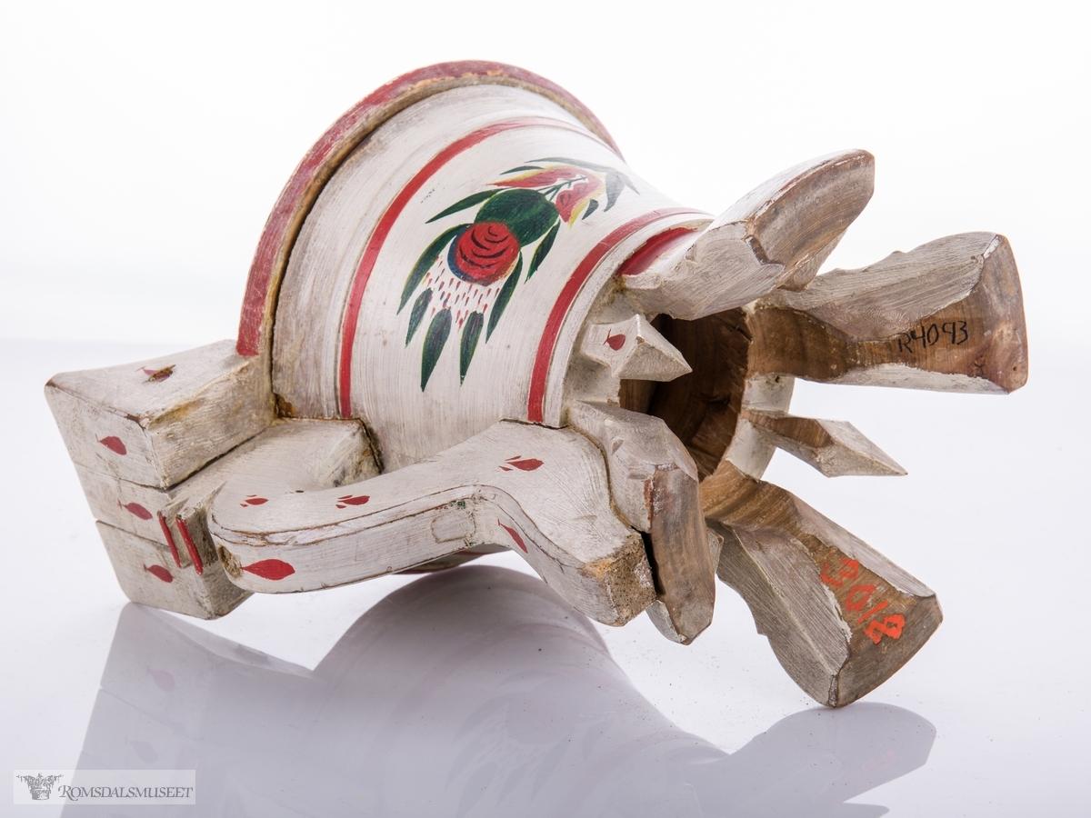 Serveringskanne for smør. Hengslet lokk med knott som har utskjæringer inni. Kannen står på fire bein. Svært forseggjort