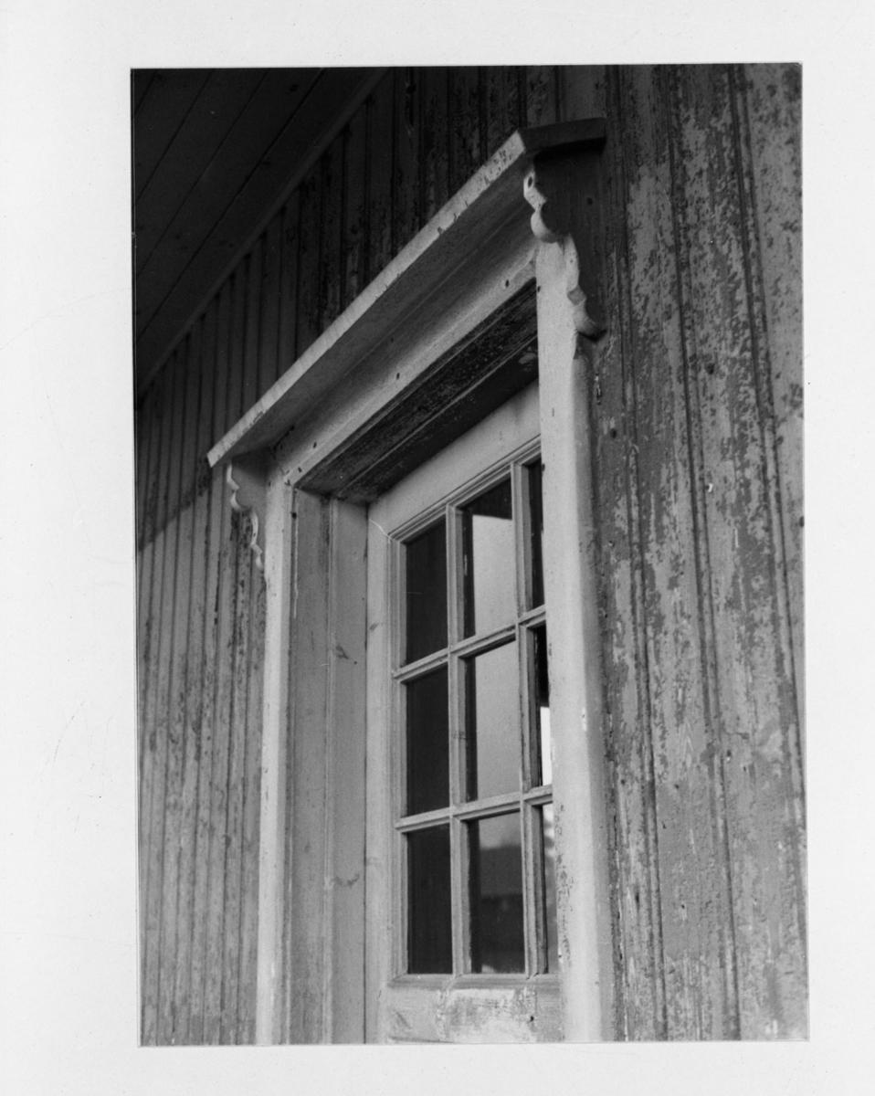 Detalj av Mork stasjonsbygning før den ble demontert for flytting fra Mork til museumsbanen. Bygningen ble senere oppført på museumsbanens endestasjon Fossum.