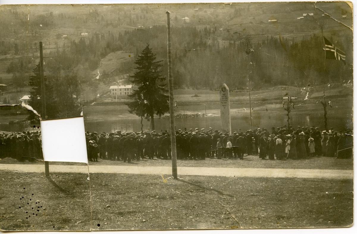 Bagnsmoen. 17.mai 1914. Avduking av bautaen.