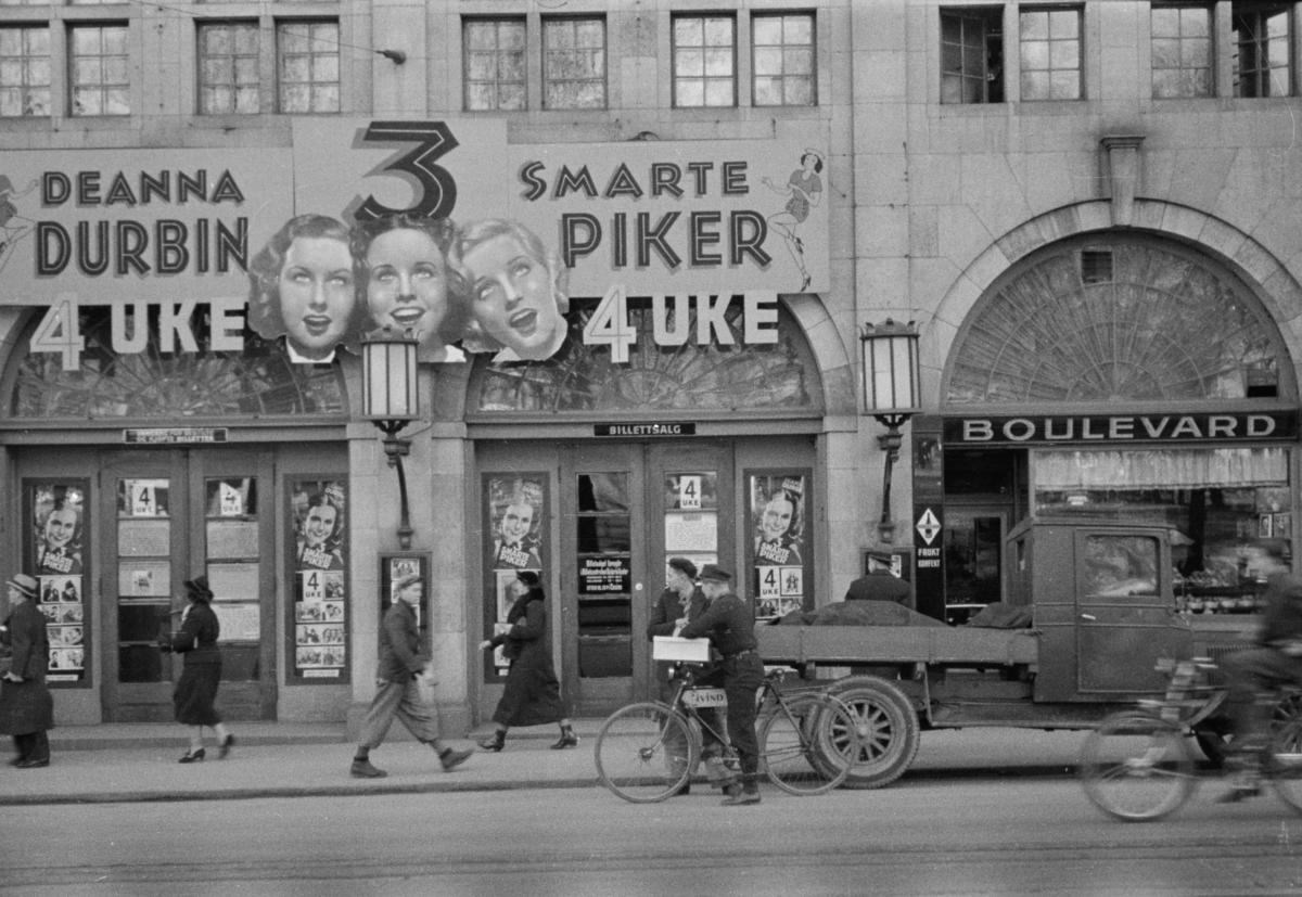 """Reklame for """"Tre smarte piker vokser op"""" som var satt opp på kinoen Boulevard"""