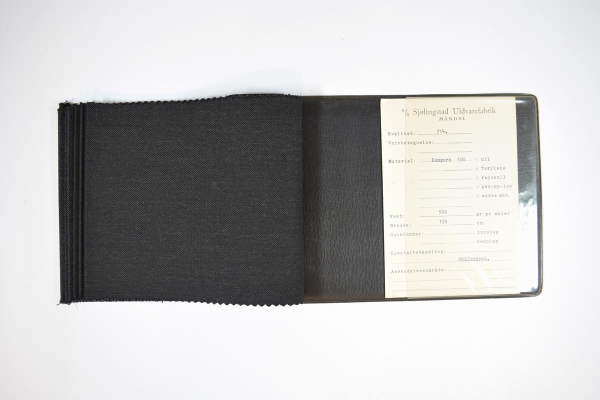 Prøvehefte med 7 tekstilprøver. Middels tykke mørke stoff med diskret skrå striper og små fargeprikker - fargene varierer i valør og mengde. Stoffene ligger brettet dobbelt i heftet i slik at vranga er dekket. Stoffene er merket med en firkantet papirlapp, klistret til stoffet, hvor nummer er trykket med maskin. Heftet har stiv bakplate trolig av papp dekket med plast, og samme type plate dekker heftets forside der det er stiftet, omtrent ca. 5 cm av forsiden dekkes.   Stoff nr.: 714/1, 714/2, 714/3, 714/4, 714/5, 714/6, 714/7.
