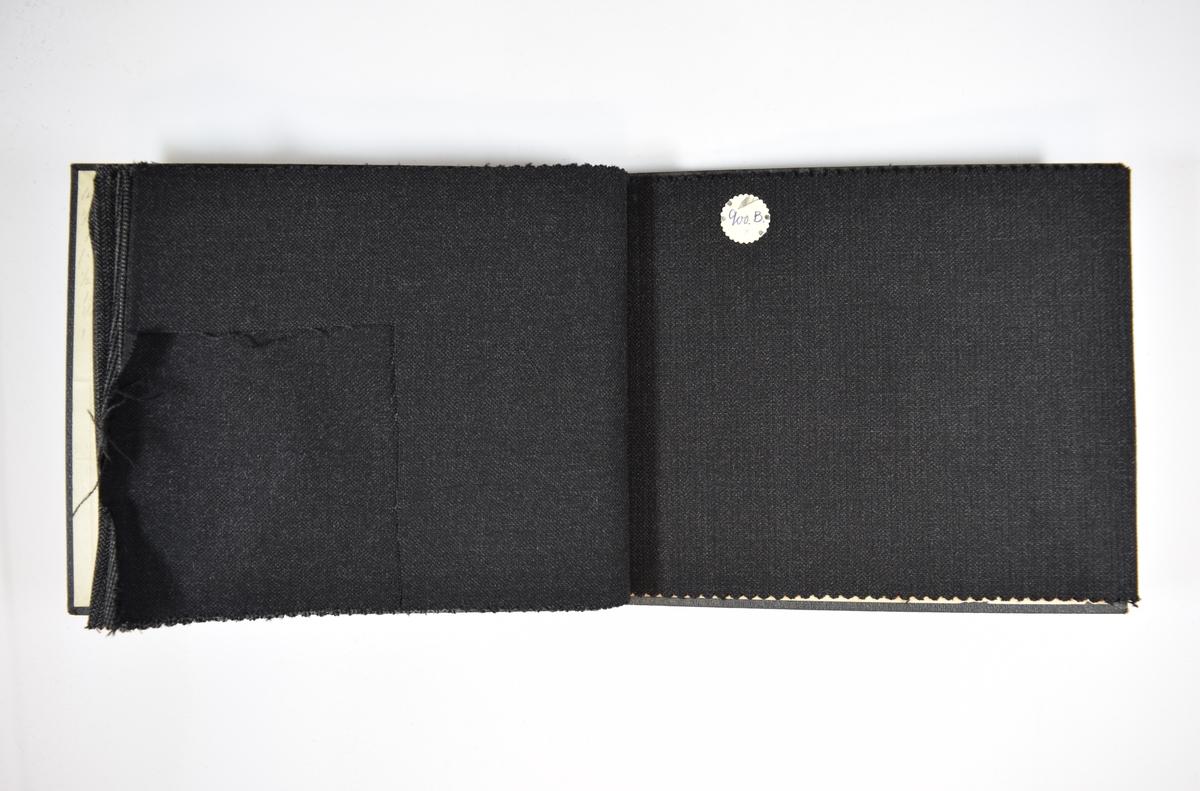 Prøvebok med 8 stoffprøver. Relativt tynt stoff med striper, fiskebensmønster eller lignende. Stoffet ligger brettet dobbelt i boken slik at vranga dekkes. Stoffet er merket med en firkantet papirlapp, festet til stoffet med metallstifter, hvor nummer på påført for hånd.   Stoff nr.: 766, 766B, 766G, 812, 812B, 900, 900B, 900G.