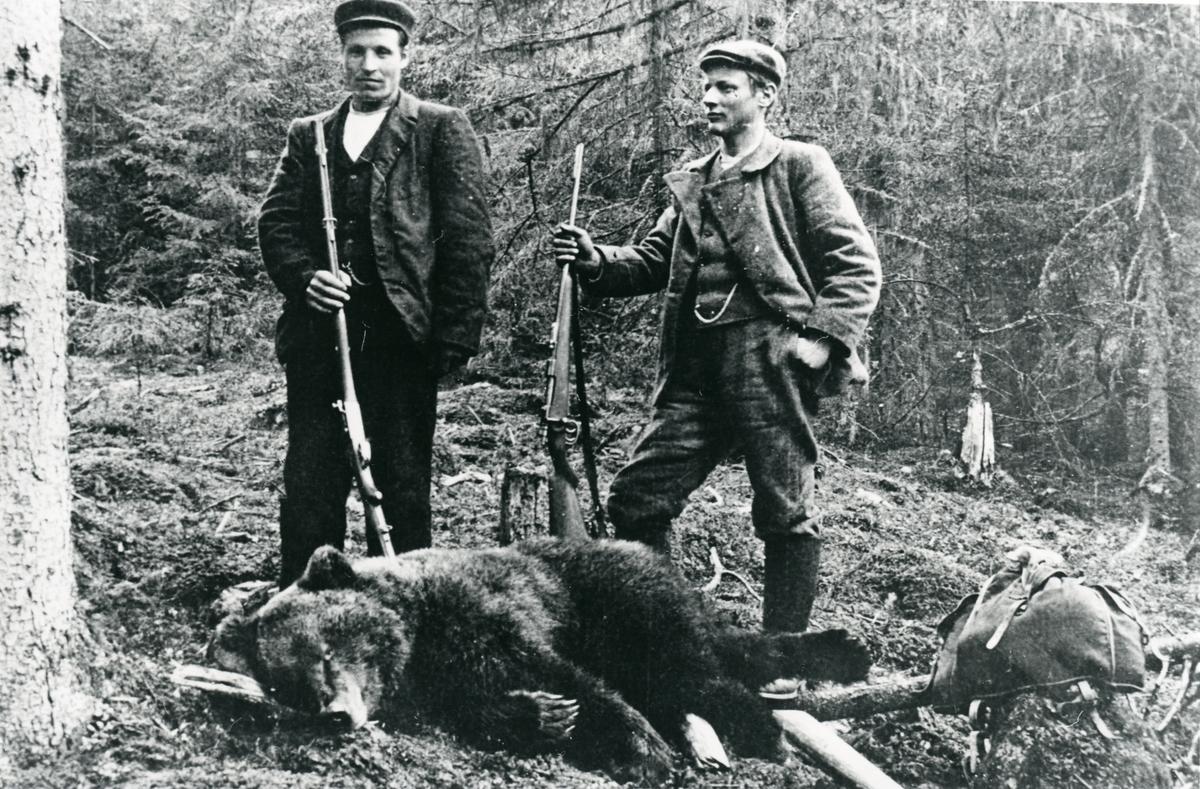 Syver Storbråten og Rasmus R. Piltingsrud på bjørnejakt, 1903.