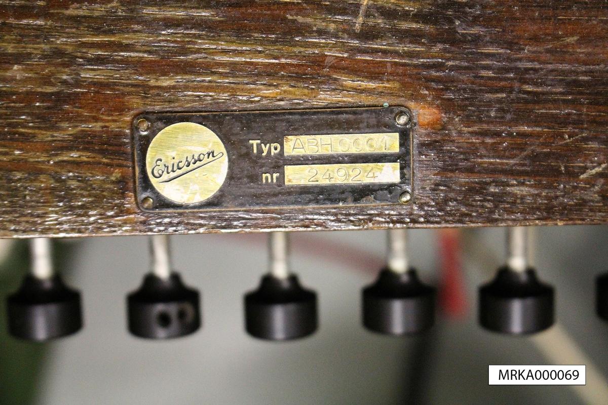 Äldre förrådsbeteckning: Tc 90340 (Växel 30 DL), Tc 90080 (AT-tillsats)  AT-tillsatsen för 10 anslutningar till televerkets nät var försedd med fingerskiva. Den placerades ovanpå växeln. Varje snöre hade ett lod, vilket underlättade arbetet för växeltelefonisten. Växeln hade en inbyggd expeditionsenhet med ringinduktor. Till växeln hörde ett lock av trä för transport. Ett särskilt expeditionsbord med hål för loden ingick. På bilden syns ett handset, vilket möjliggjorde för växeltelefonisten att ha båda händerna fria.  I satsen ingick kabelmattor av olika längd samt anslutningsplintar.