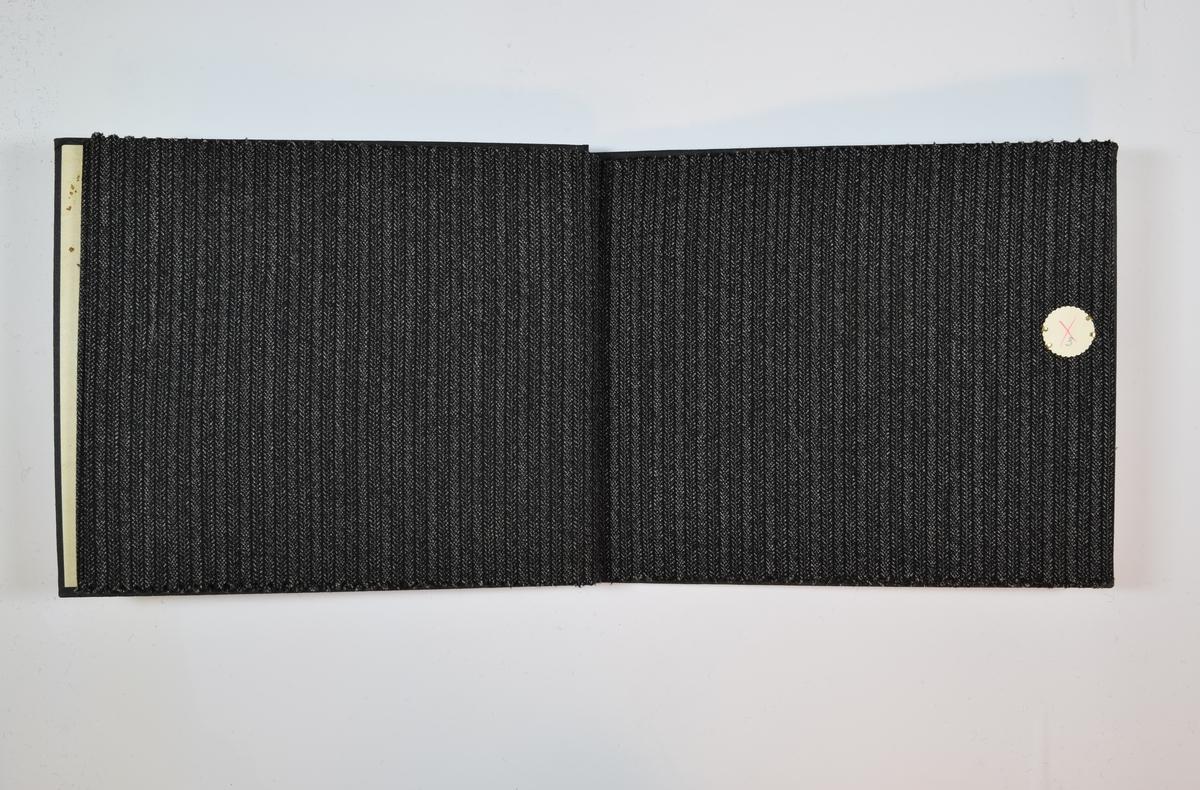 Rektangulær prøvebok med 5 stoffprøver. Middels tykke stoff med striper og/eller fiskebensmønster. Stoffene ligger brettet dobbelt i boken slik at vranga dekkes. Stoffene er merket med en rund papirlapp, festet til stoffet med metallstifter, hvor nummer er påført for hånd. Numrene er krysset over med en rød fargeblyant. Påskriften på innsiden av forsideomslaget indikerer at alle stoffene har kvalitetsnummer 1466.   Stoff nr.: 1466/1, 1466/2, 1466/3, 1466/4, 1466/5.