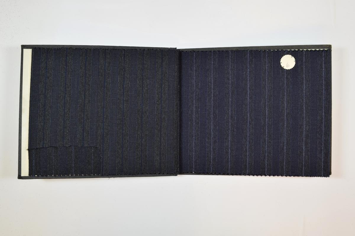 Rektangulær prøvebok med 4 stoffprøver. Relativt tynne stoff med flere typer striper. Stoffene ligger brettet dobbelt i boken slik at vranga dekkes.  Stoffene er merket med en rund papirlapp, festet til stoffet med metallstifter, hvor nummer er påført for hånd. Påskriften på innsiden av forsideomslaget indikerer at alle stoffene i boken har kvalitetsnummer 1550.   Stoff nr.: 1550/5, 1550/6, 1550/7, 1550/8.