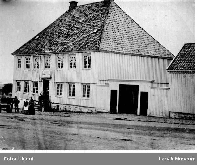 Hus, apoteket Ørnen, torget i Larvik.