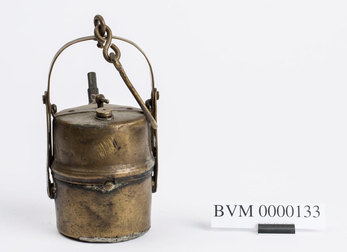"""""""Grubelamper.Karbid lamper."""" NTM:""""Dette er en samling av de forskjellige typer gruvelamper som har vært brukt ved Sølvverket. Disse gir et godt lys er praktiske og lette å betjene. Det var disse som avløste oljelampen i 1910 og har siden ikke vært forandret i prinsippet."""" Var tidligere 7 lamper registrert samlet; se BVM 4056, 4057, 4060, 4061."""