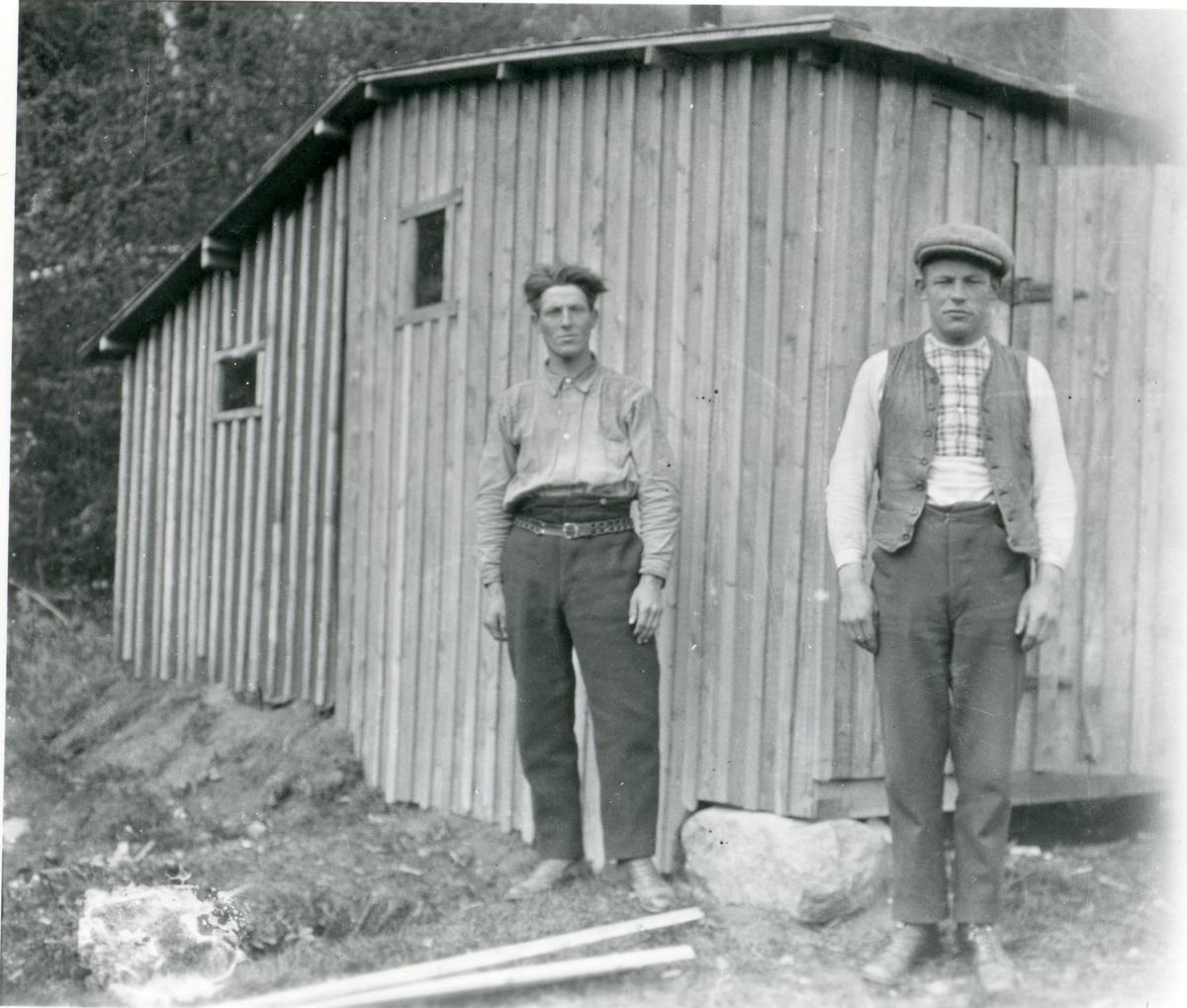 Anders Erstadbråten og Magnus Kind under arbeidet  med Finnsannbanen i 1921.