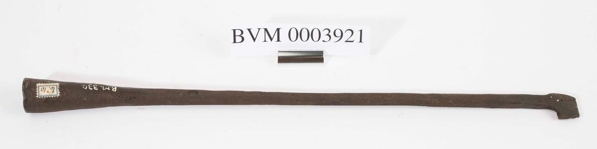 """""""Svijern for nummer."""" NTM: """"Fra Snekkerverkst. loft i Kongsberg. Disse jern har gotiske tall."""" Jernet har nummeret 1. Jf. BVM 330 og 3922-3928."""