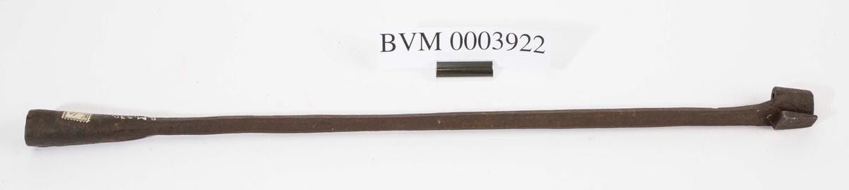 """""""Svijern for nummer."""" NTM: """"Fra Snekkerverkst. loft i Kongsberg. Disse jern har gotiske tall."""" Jernet har nummeret 2. Jf. BVM 330, 3921 og 3923-3928."""