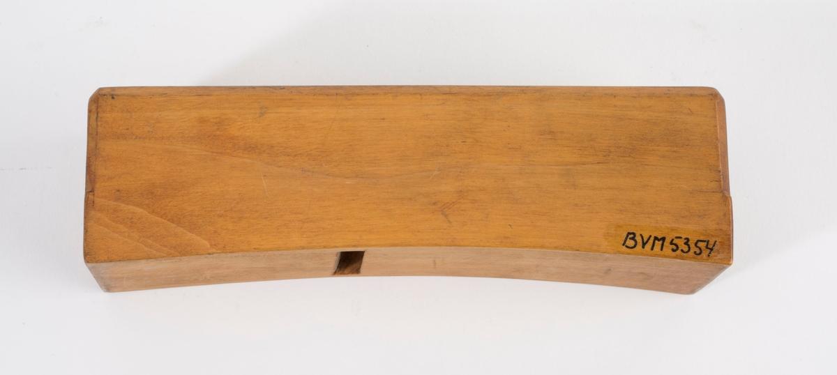 """Høvelstokk uten kile eller jern. Konvekst forma såle. På høyre langside er """"SV"""" brent inn to ganger."""