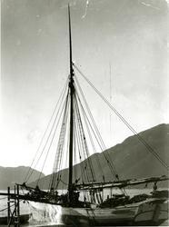 Jakt 'Armada' laster ved på Ringøy.