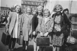 5 jenter på tur med koffert.