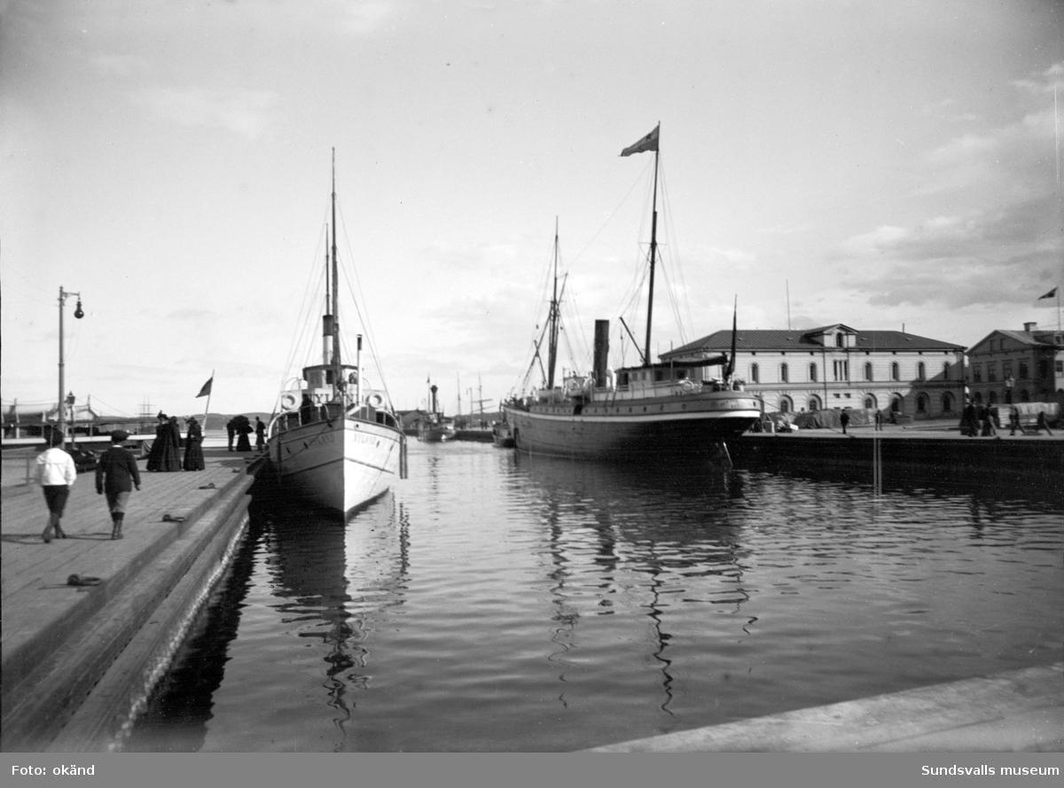 """Den s k """"Finska viken"""" med Tullpackhuset till höger och många ångbåtar i hamnen."""