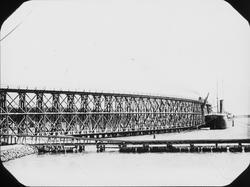 Fotografi rörande torvberedning. Järnvägsbro.