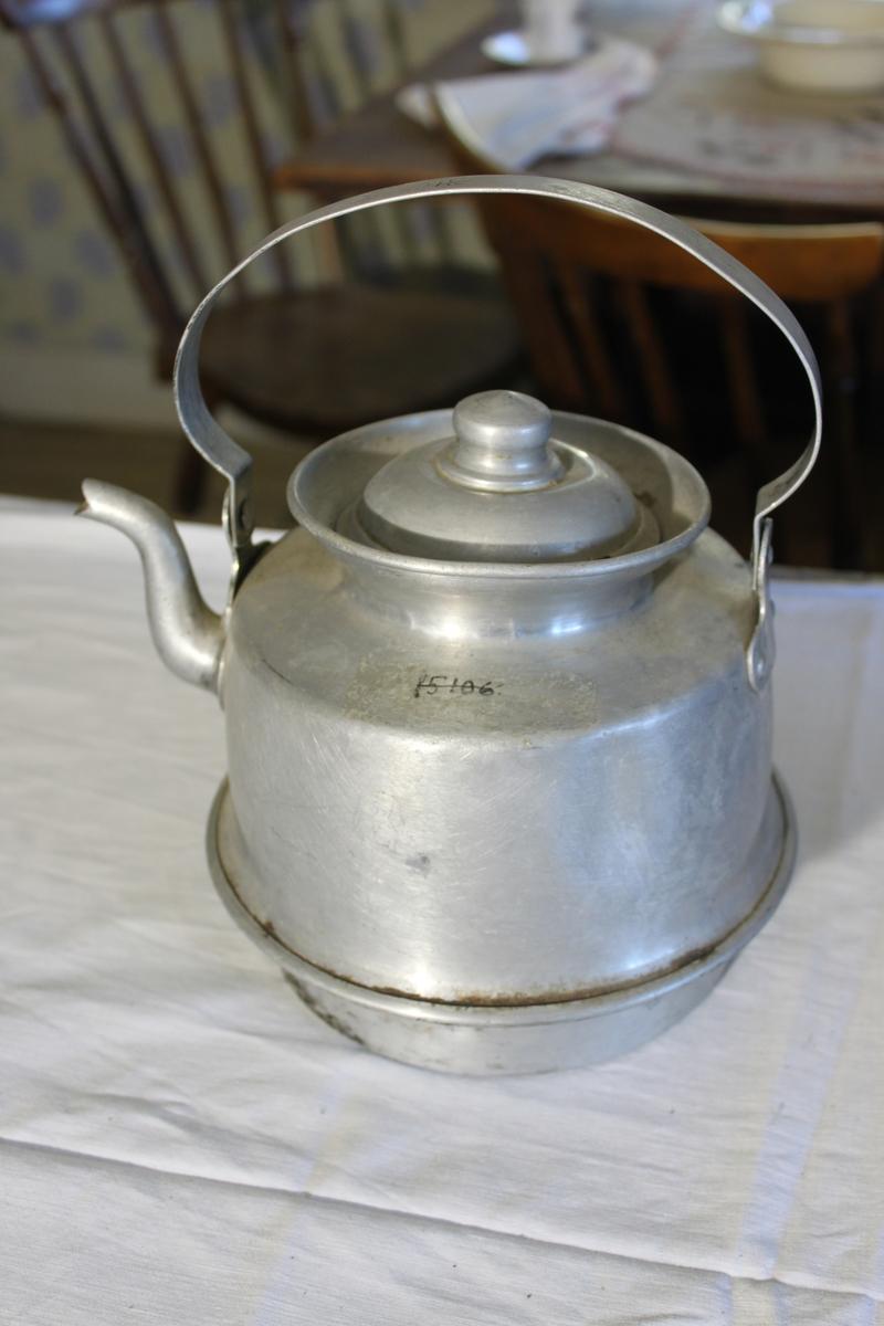 Kaffepanna i plåt med kant för vedspis. På handtaget är 2L ingraverat