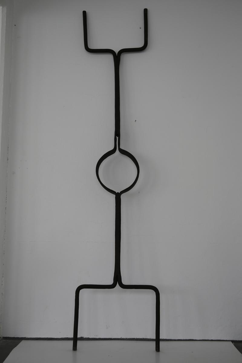 Avlangt redskap. Redskapen har en fast sirkelform, hvor en plasserte formen/digelen med det flytende metallet. Var sirkelen for stor kunne en bruke en kile til å feste formen med.Denne redskapen ble brukt av to personer. En i hver ende.  Håndøsen ble brukt til å bære formen med flytende metall og for å kunne helle metallet over i en støpeform.
