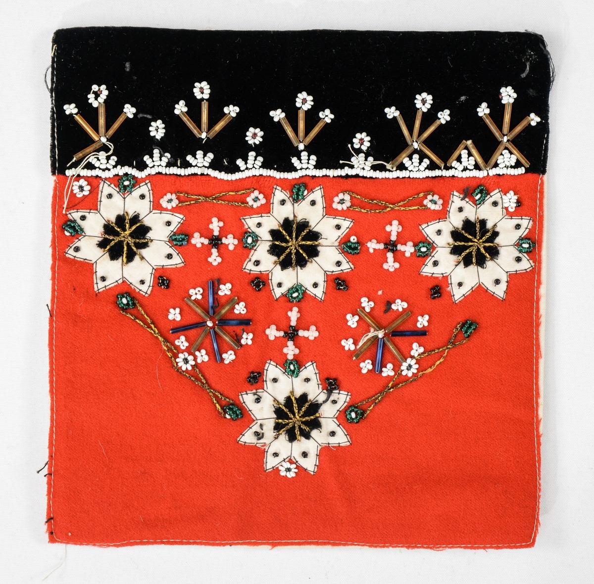 Bringduk i raudt ulltøy brodert med perler (stavperler og runde) og applikerte stjerner i kvitt lintøy og svart fløyel. Øverst ein svart fløyelskant.  Fóra med kvit lin.