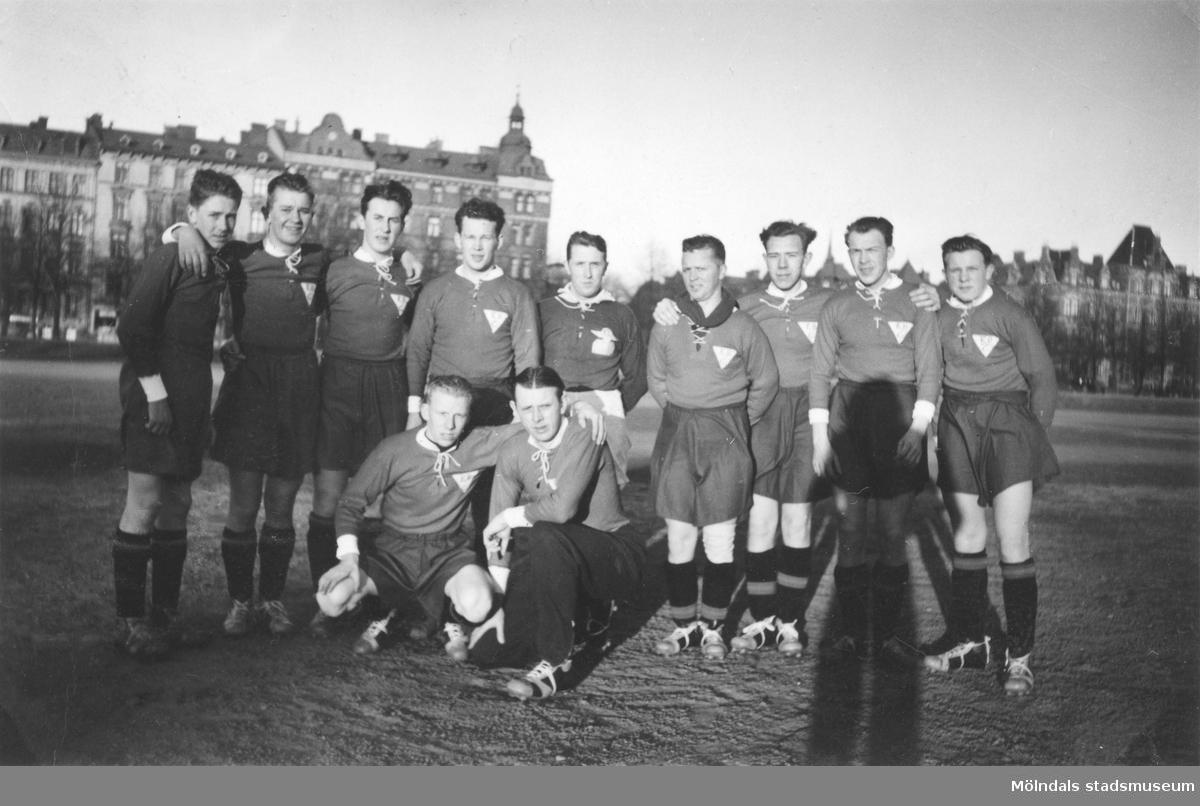 Korplaget Brandahls IF spelar fotbollsmatch på Heden i Göteborg.  Laget består av arbetare från Brandahls väskfabrik på Kungsbackavägen 9 i Mölndal.