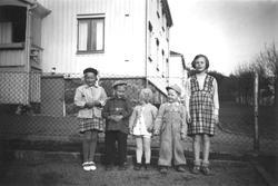 Barnen Inger, Leif, Ann-Mari, ev. Söderlund och Eva vid Brun