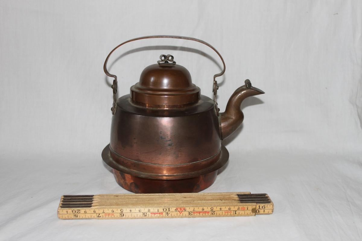 Kaffepanna tillverkad i koppar, med kupigt lock och svängd pip. Locket har en knopp av rullad och nitad kopparplåt. Pipen har ett litet lock. Svängt handtag. Botten har en fläns för vedspis.