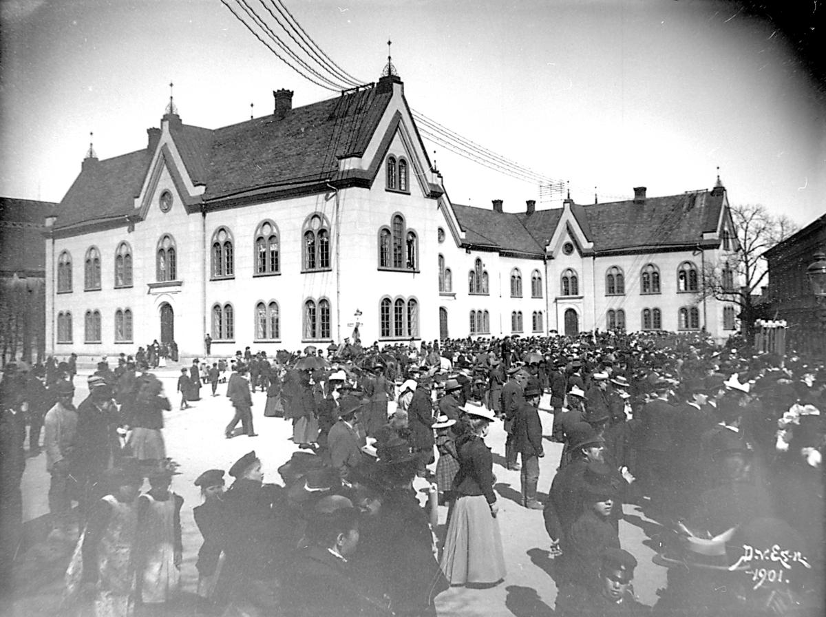 Folksamling vid borggården utanför läroverket, senare stadshus.År 1859 fastställdes att en ny skola skulle uppföras på Cederhielmska tomten. Arkitekt var Johan Fredrik Åbom, byggmästare Jonas Jonsson. Byggnadsarbetena påbörjades 1860 och invigningen av läroverket skedde år 1864. Läroverk fram till 1914. Byggnaden användes för militära uppgifter under krigsåren. Efter en ombyggnation 1921, av Axel Brunskog efter skisser av byggnadsingenjören Iwar Olsson, blev huset ett stadshus. Interiören förändrades mest då kakelugnar byttes ut mot centralvärme. Ytterligare en betydande upprustning av interiören gjordes på 1990-talet.