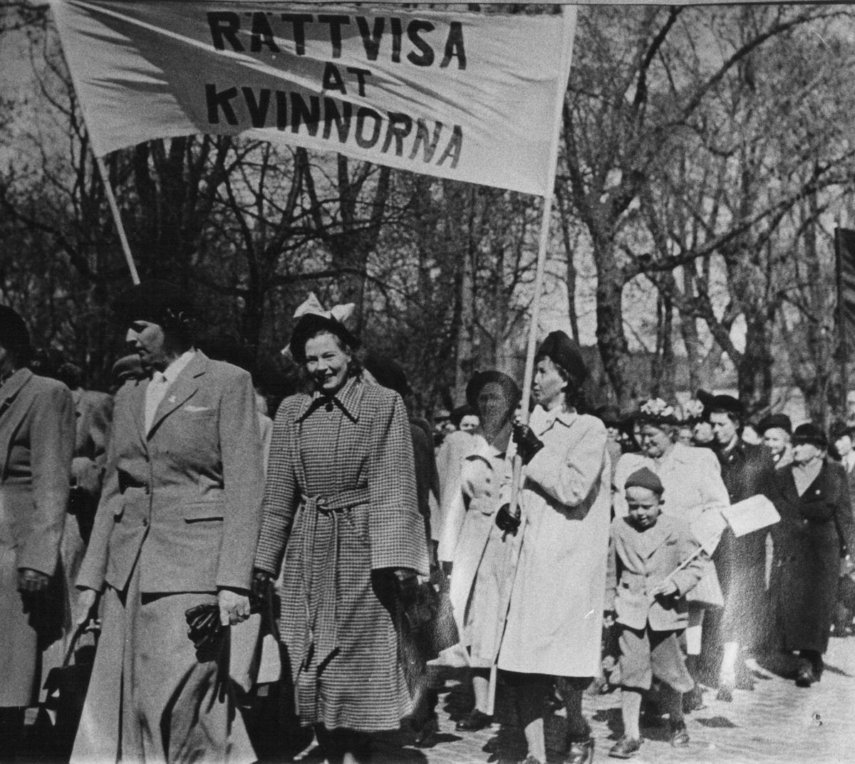 1 maj demonstration efter Malmslättsvägen. En banderoll Rättvisa åt kvinnorna.