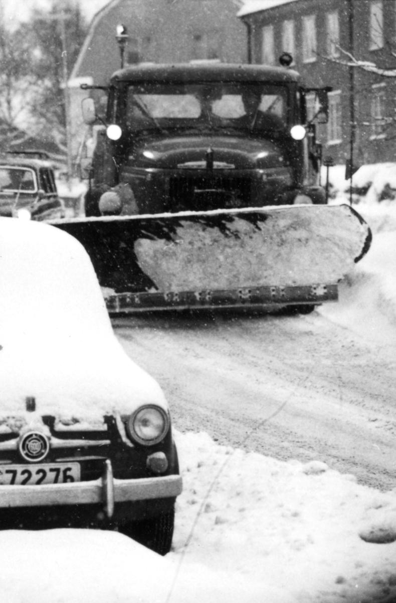 Orig. text: Vinterväghållning.Snöröjning på Djurgårdsgatan.
