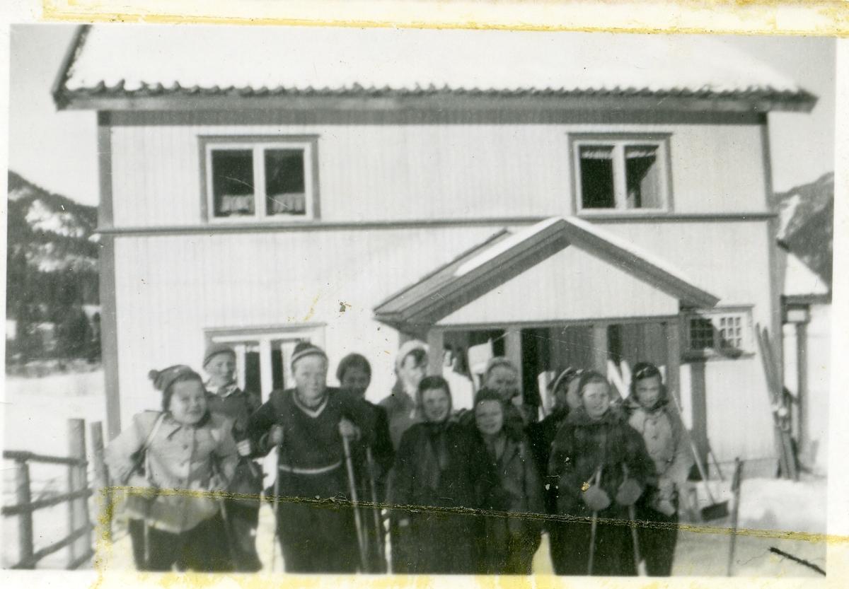 Elever fra Dølven skole på skitur. Her foran et privathus.