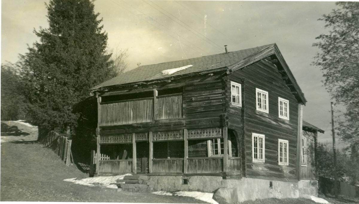 Tømmerbygning med svalganger og skifertak