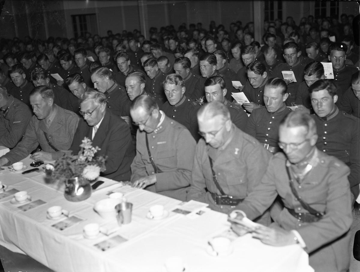 Kaffebjudning och allsång i matsalen på IOGT:s samkväm för beredskapsinkallade soldater på Upplands Regemente, I 8